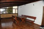 Uvnitř terasy posezení, houpačka, pingpongový stůl