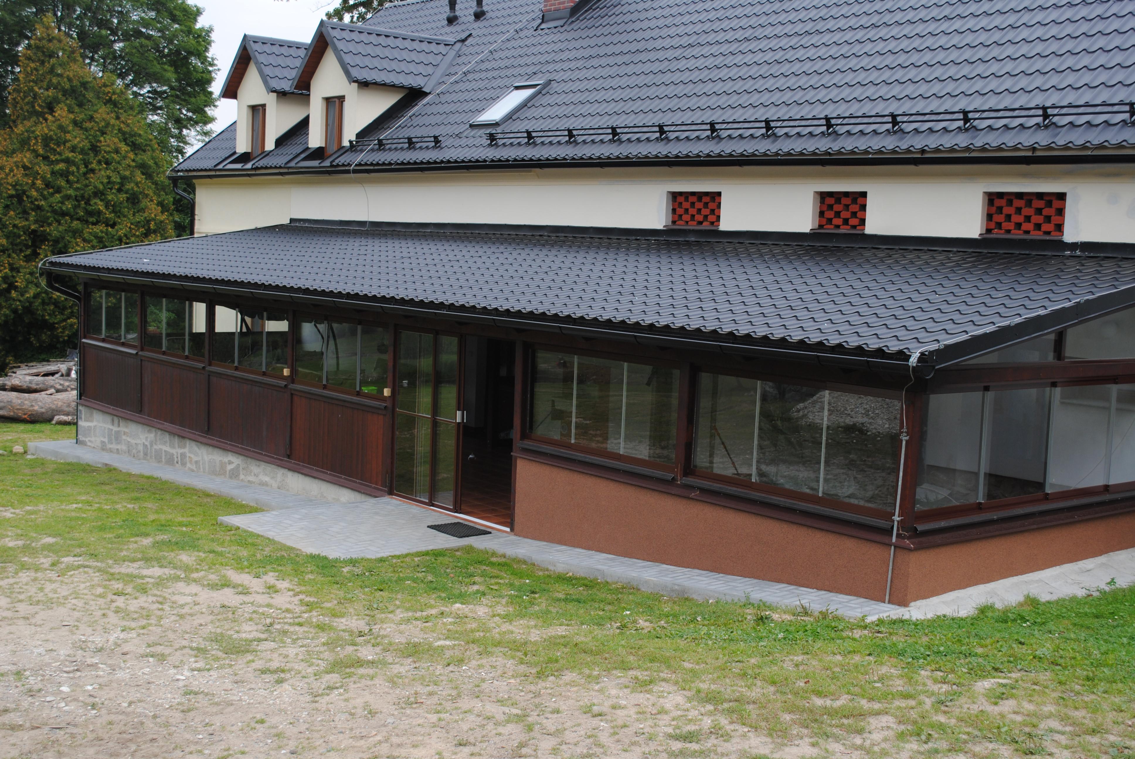 Zastřešená a prosklená terasa s výhledem do zahrady